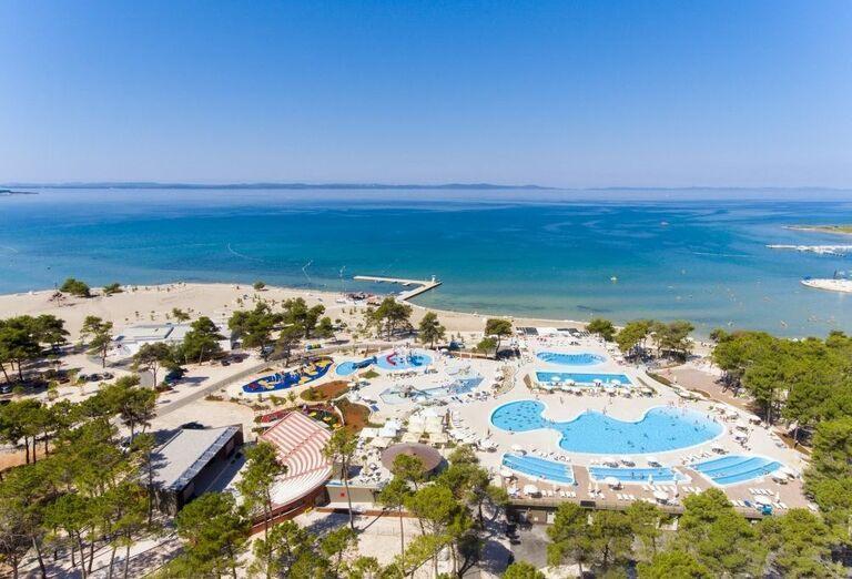 Pohľad z výšky na kompex bazénov pri apartmánoch a štúdiách Zaton Holiday Resort 3