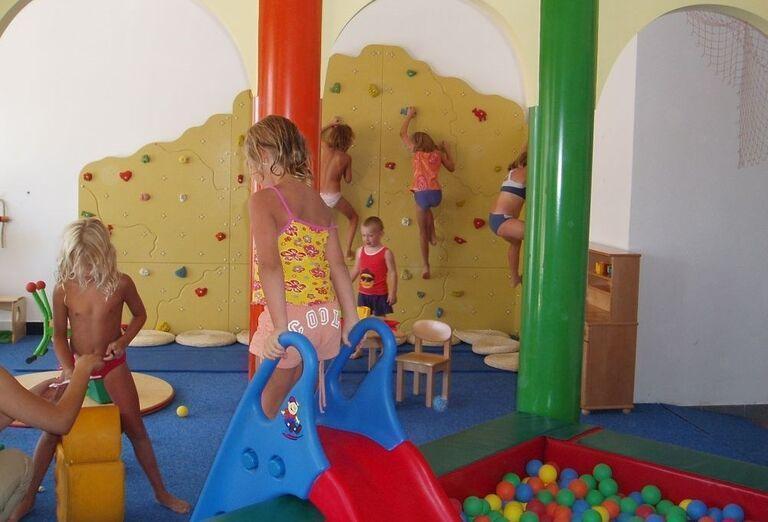 Detský kútik s lezeckou stenou pri apartmánoch a štúdiách Zaton Holiday Resort 3