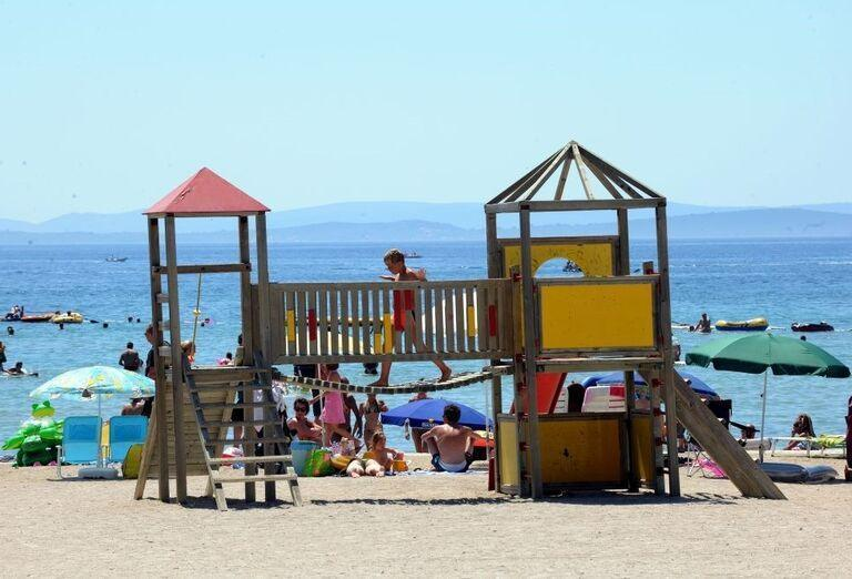 Šmykľávka pre deti pri apartmánoch a štúdiách Zaton Holiday Resort 3