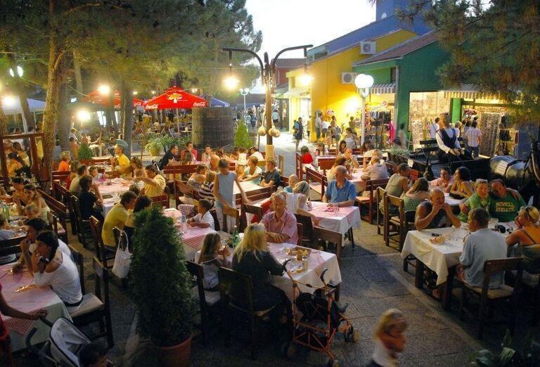Večerná reštaurácia v meste