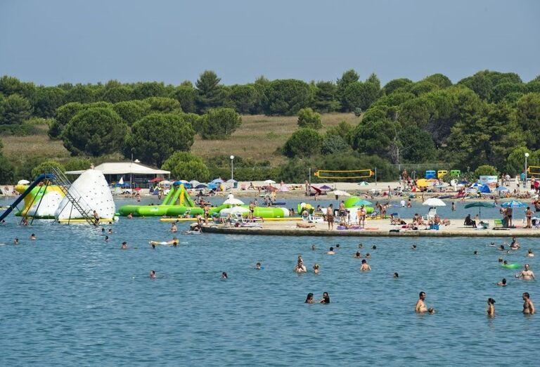 Vodné atrakcie na mori pri apartmánoch a štúdiách Zaton Holiday Resort 3