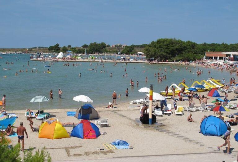 Pláž pred apartmánmi a štúdiami Zaton Holiday Resort 3
