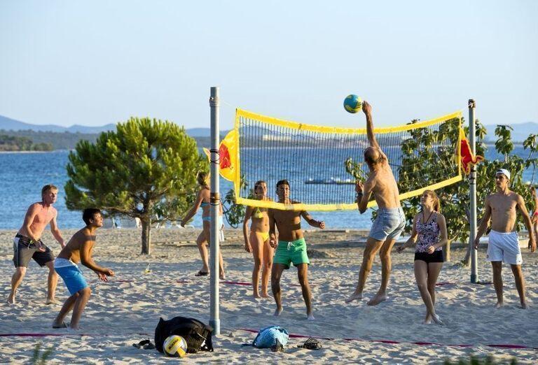 Plážový volejbal pri apartmánoch a štúdiách Zaton Holiday Resort 3