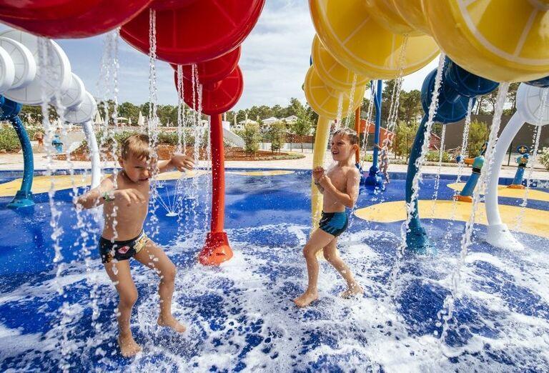 Deti tešiace sa z vodných atrakcií