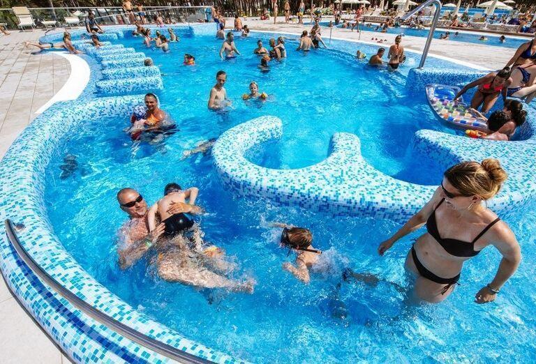 Rodina zabávajúca sa v bazéne