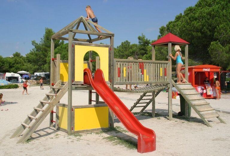 Šmykľávka pre deti pri apartmánoch Zaton Holiday Resort 4