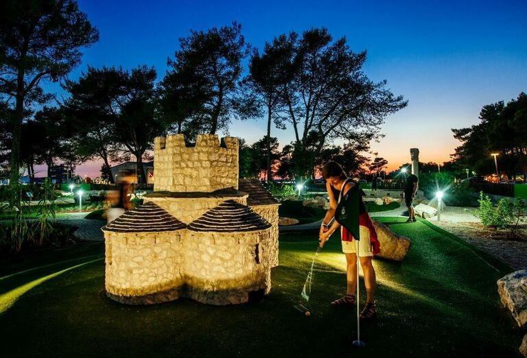 Večerná hra golfu