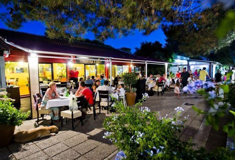 Večerné posedenie v meste pri apartmánoch Zaton Holiday Resort 4