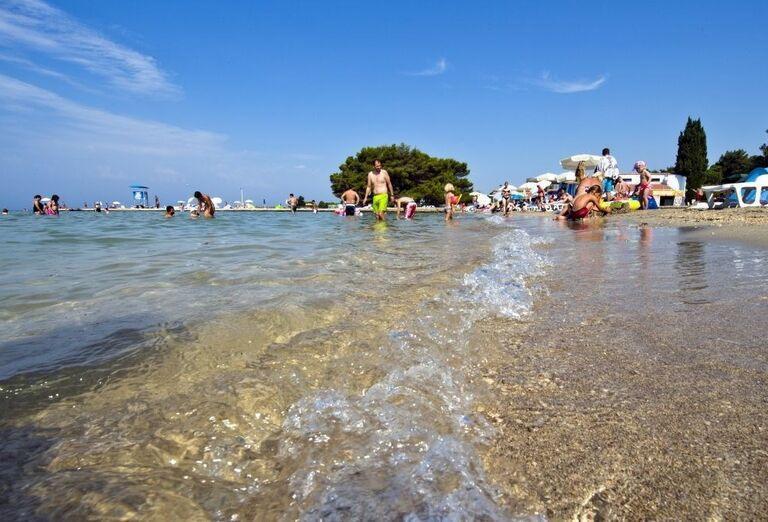 Pláž a more pri apartmánoch Zaton Holiday Resort 4