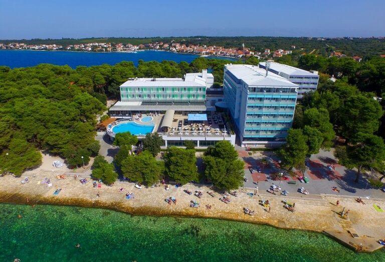 Pohľad z výšky na hotel Pinija