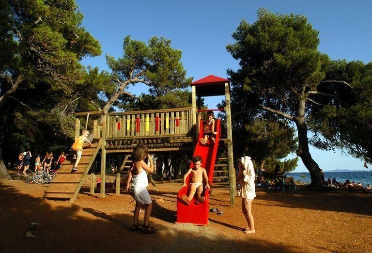 Detské ihrisko pri mori v hoteli Pinija