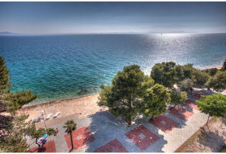 Pohľad z výšky na more a pláž pred hotelom Pinija