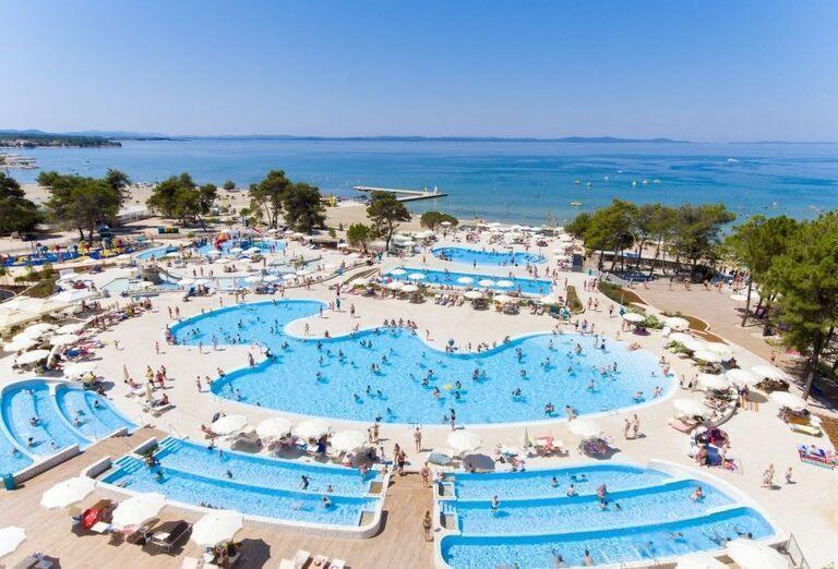 Pohľad na bazény a pláž pri mobilnom domčeku Zaton