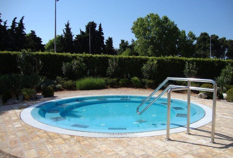 Vonkajší bazén v areáli hotela Falkensteiner Club Funimation