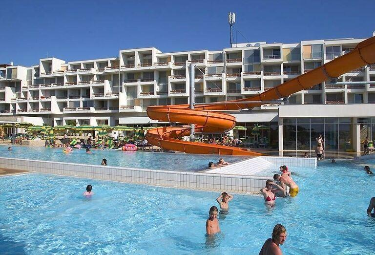Bazén s tobogán v hoteli Falkensteiner Club Funimation