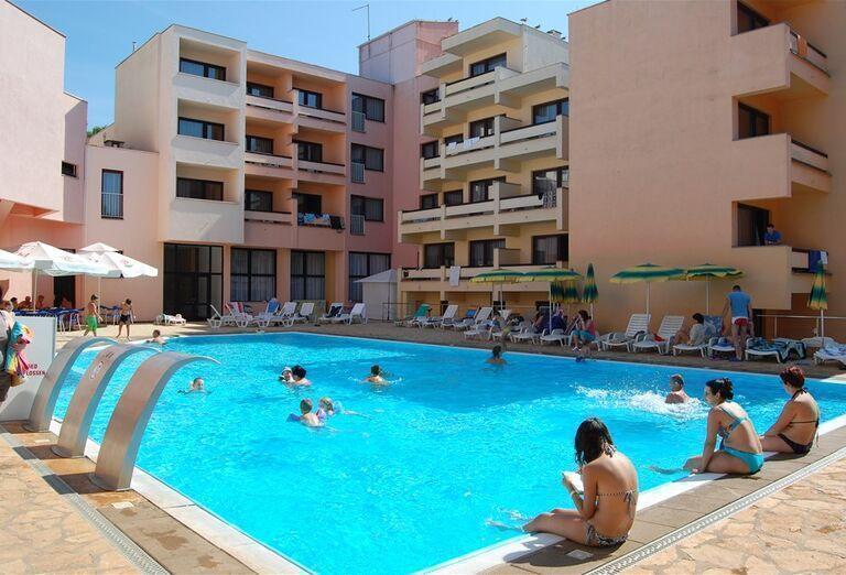 Pohľad od bazéna na hotel Donat