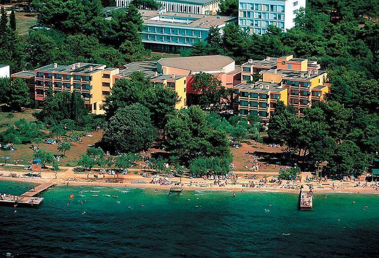 PPohľad z výšky na hotel Donat a hotelovú pláž