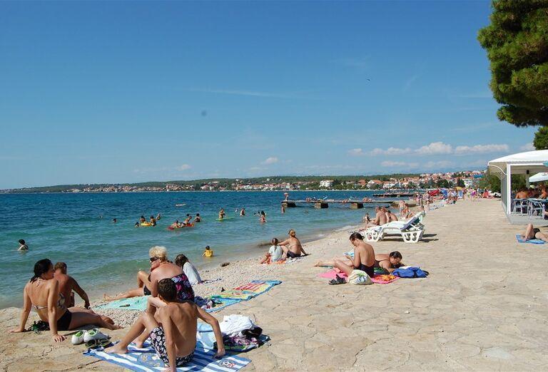 Pláž a more pred hotelom Donat
