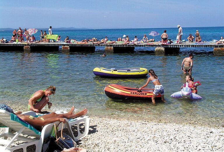 Atrakcie v mori pred hotelom Donat