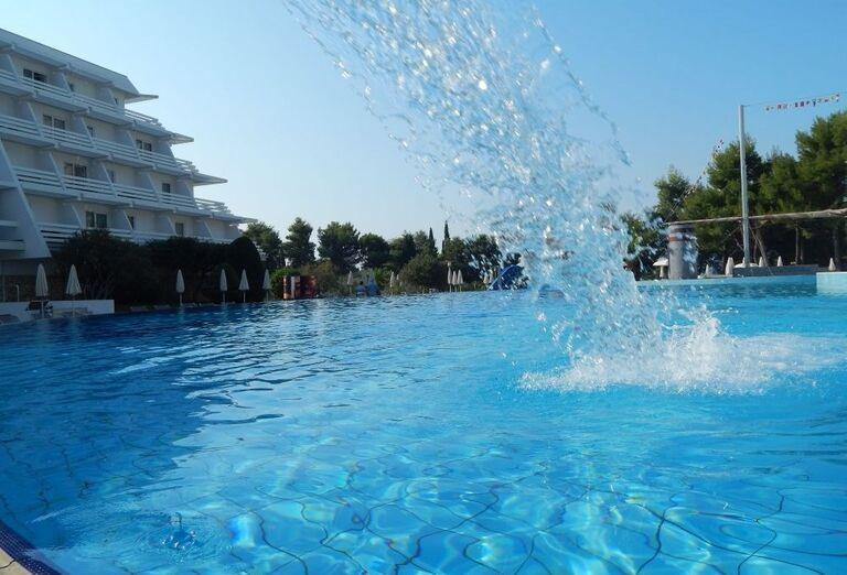Bazén pred hotelom Olympia