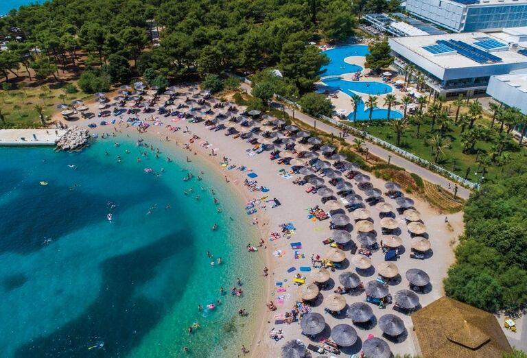 Pláž,more a lehátka hotela Amadria Park Ivan