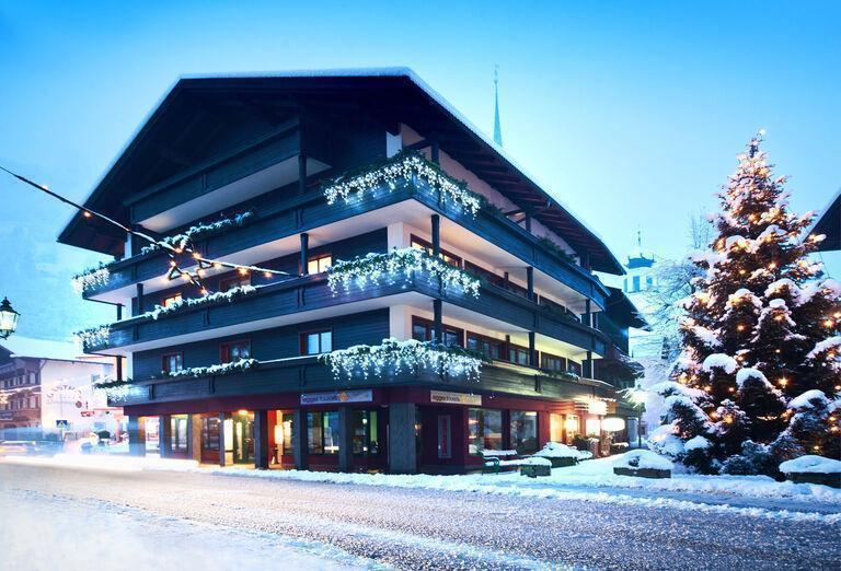 Pohľad na hotel Tirolerhof v zime