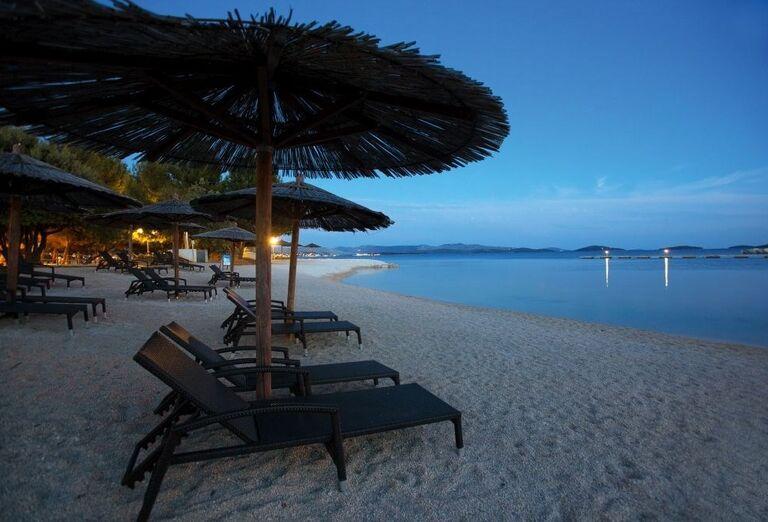 Západ slnka s lehátkami na pláži hotela Amadria Park Ivan