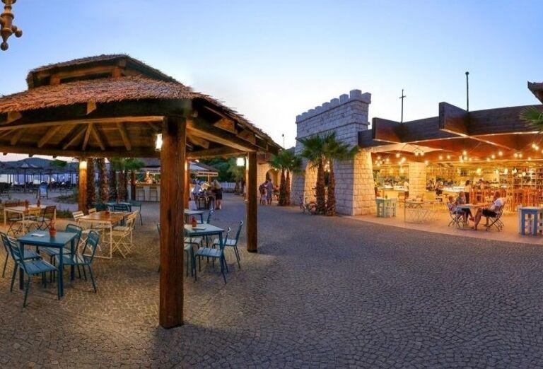 Terasa hotela Amadria Park Ivan s výhľadom na more