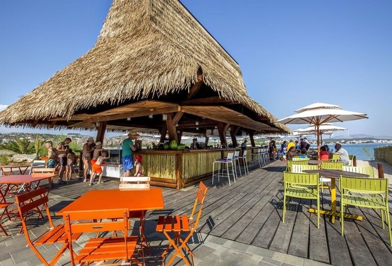 Lobby bar hotela Amadria Park Ivan s výhľadom na more