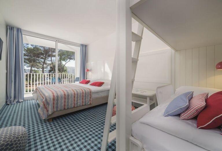 Izba v hoteli Amadria Park Adrija s  výhľadom na hotelovú zeleň