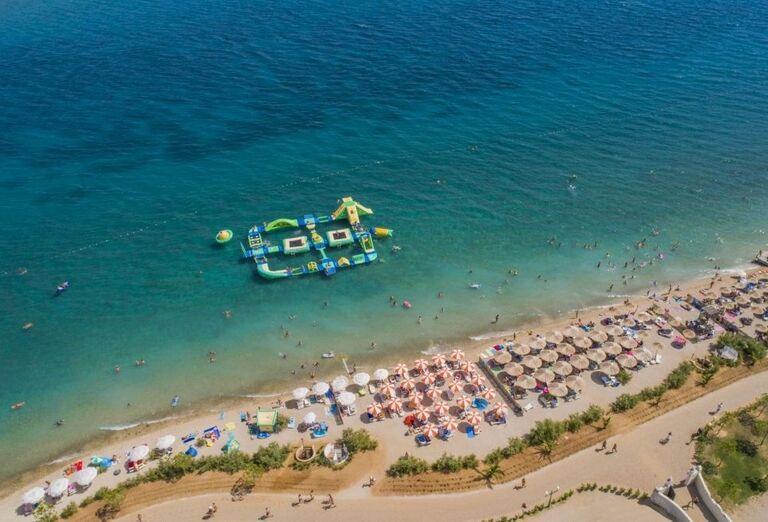 Pohľad z výšky na pláž a more hotela Amadria Park Adrija