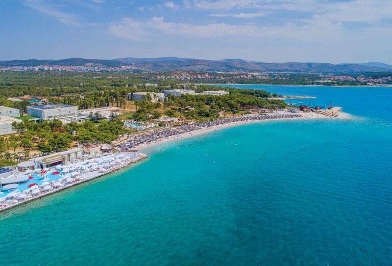 Pohľad zvýšky na hotel Amadria Park Adrija, more a pláž