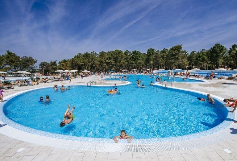 Bazén pri apartmánoch Zaton Holiday Resort 4
