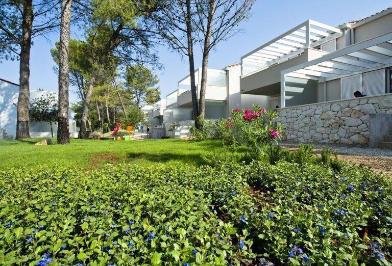 Zeleň v okolí apartmánov Zaton Holiday Resort 4
