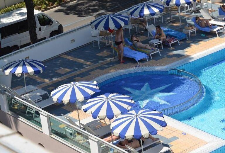 Ležadlá pri bazéne hotela Luna