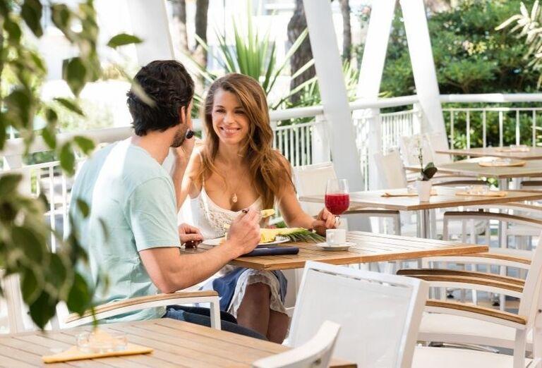 Žena a muž pri obede v hoteli