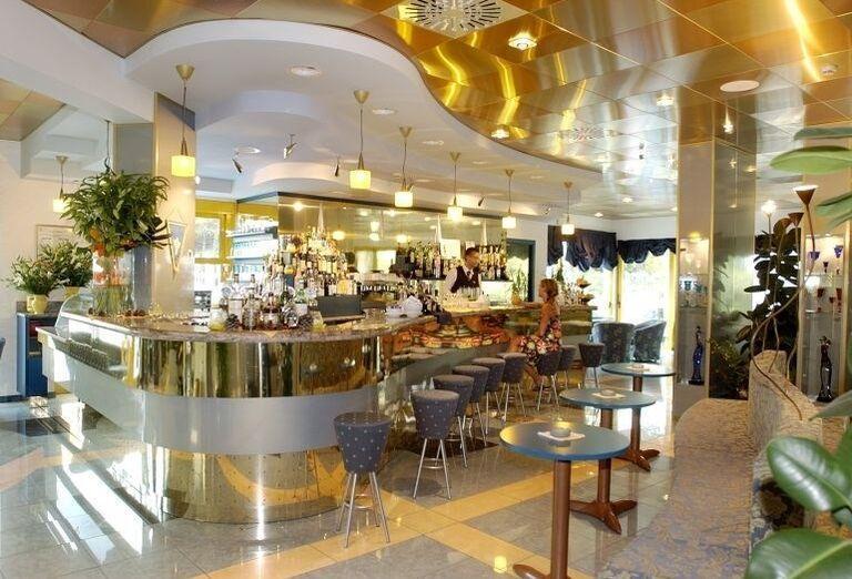 Pohľad na bar v hoteli Luna