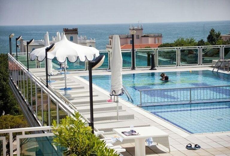 Bazén na streche hotela Colombo