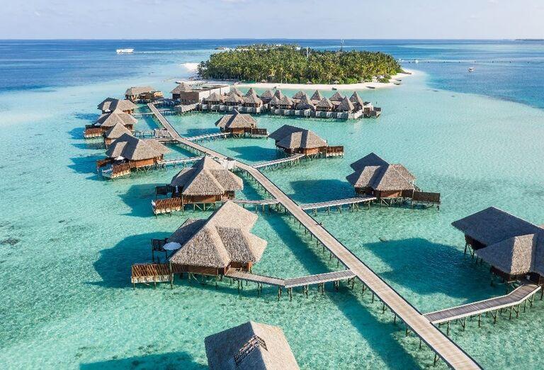 Pohľad z výšky na bungalovy nad morom v hoteli Conrad Maldives Rangali Island