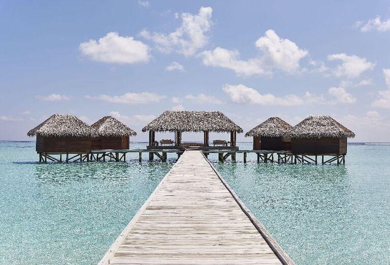 Mólo vedúce k bungalovom nad morom v hoteli Conrad Maldives Rangali Island