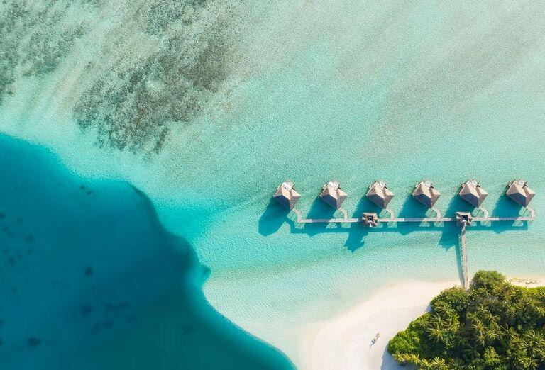 Pohľad z výšky na bungalovy v hoteli Conrad Maldives Rangali Island