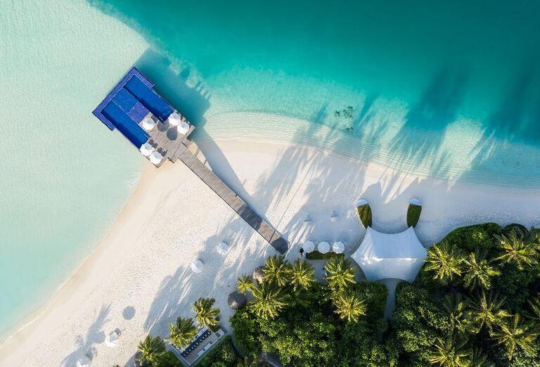 Pohľad z výšky na pieskovú pláž pred hotelom Conrad Maldives Rangali Island