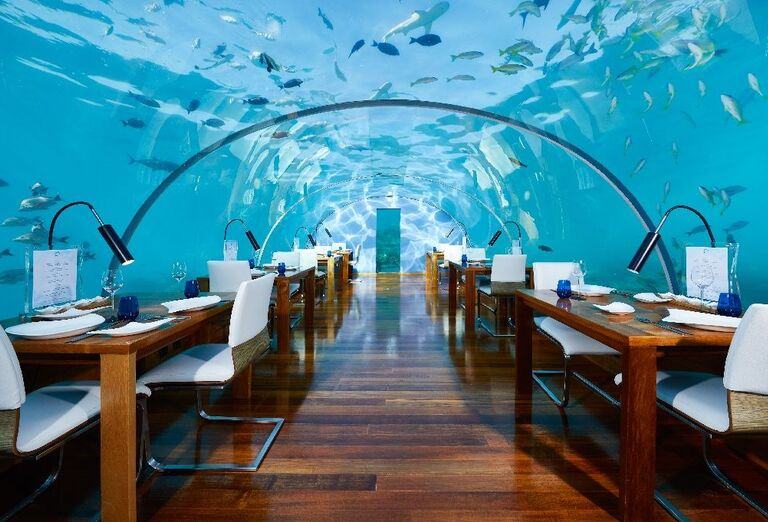 Reštaurácia s akváriom v tvare tunela v hoteli Conrad Maldives Rangali Island