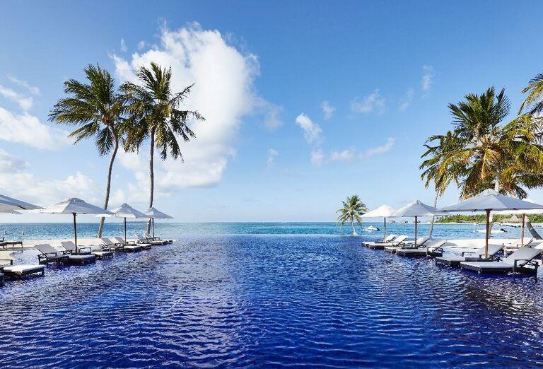 Pohľad na bazén v hoteli Conrad Maldives Rangali Island