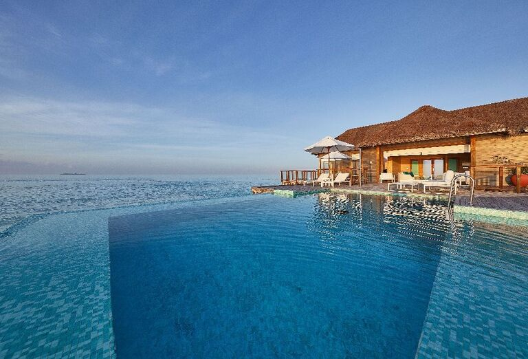Ležadlá pri bazéne hotela Conrad Maldives Rangali Island