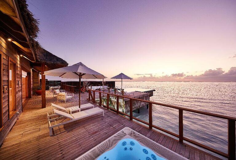 Ležadlá s výhľadom na more v hoteli Conrad Maldives Rangali Island