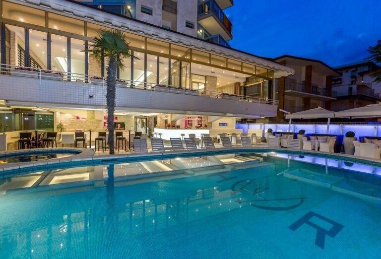 Pohľad od bazéna na hotel Rivamare