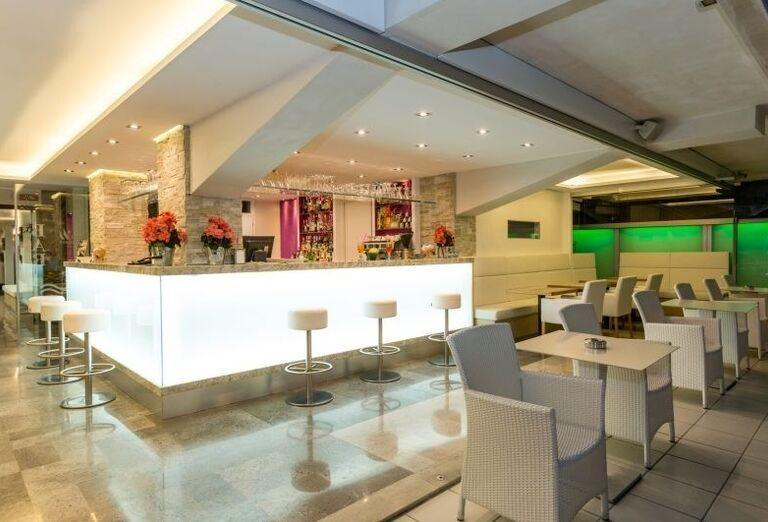 Lobby bar v hoteli Rivamare