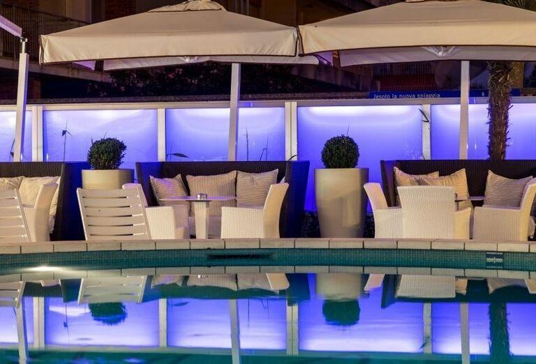 Večerný bazén v hoteli Rivamare