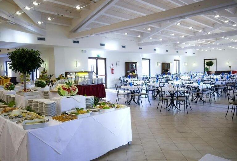 bufet v hoteli Sikania Resort and Spa